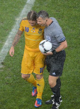 Impossibile continuare. L'arbitro olandese Bjorn Kuipers si consulta con Andriy Voronin (Afp/Supinsky)