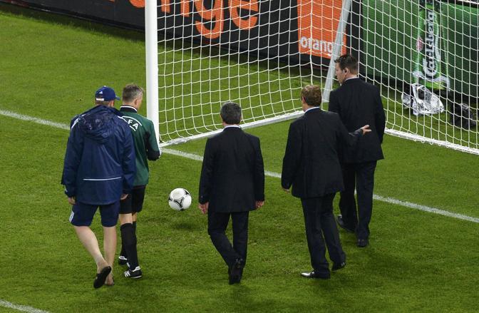 Passa un'ora, la pioggia si dirada e Kuipers insieme ai delegati Uefa e delle due squadre effettua una verifica del terreno di gioco. Il campo sembra tenere (Reuters/Ordonez)