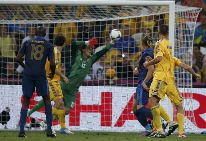 E il portiere Pyatov risponde benissimo al colpo di testa del difensore del Milan Mexes (Reuters/Buholzer )