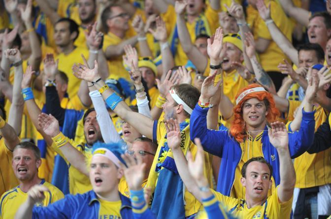 L'esultanza dei tifosi svedesi (afp)