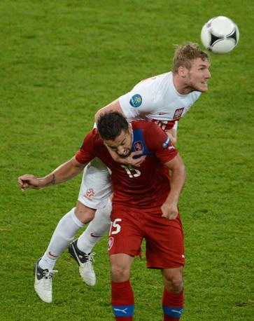 REPUBBLICA CECA-POLONIA 1-0 - Perquis difende su Baros (Afp/Coffrini)