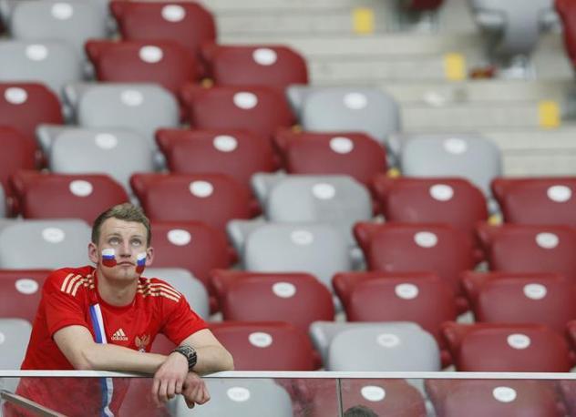 GRECIA-RUSSIA 1-0 - La delusione di un tifoso russo (Reuters/Lauener)