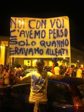 Uno striscione nella notte romana  impazza sulla rete: di nuovo calcio e storia che si mischiano (da Facebook)
