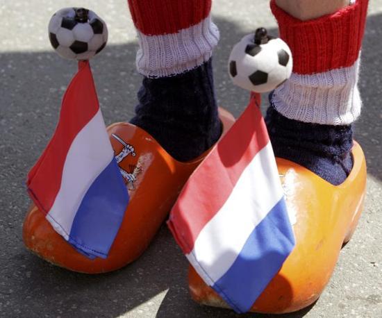 Invasione pacifica e colorata delle città ucraine e polacche che ospitano la prima fase degli Europei 2012. I tifosi danno libero sfogo alla fantasia. I tradizionali zoccoli olandesi accessoriati per l'occasione (Reuters)