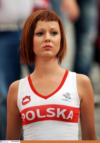 Rossetto e capelli in tinta per la graziosa tifosa polacca (Action Images)