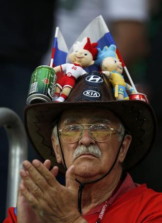 Un cappello portavivande per il tifoso russo (Reuters)