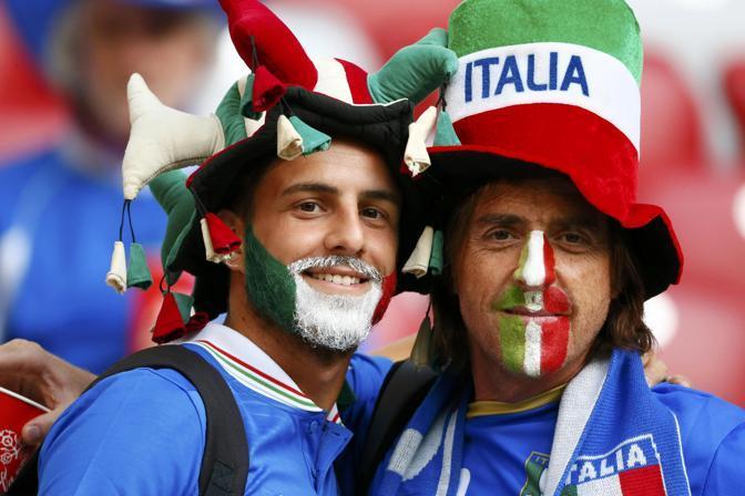 In attesa dell'inizio della partita, Germania-Italia, seconda semifinale di Euro 2012, i tifosi azzurri non fanno mancare il loro calore (Reuters/Andrews)
