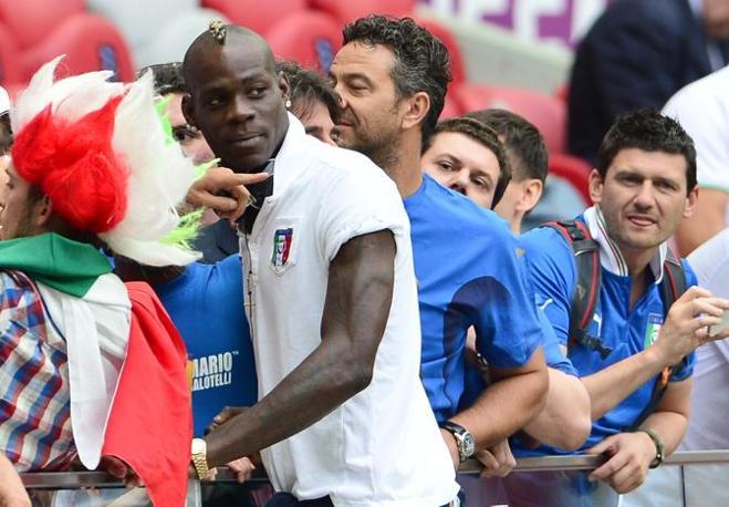Mario Balotelli si avvicina ad alcuni tifosi (Afp/Cacace)