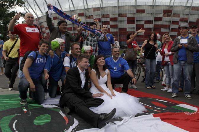 Una sposa polacca sceglie di posare con i tifosi italiani (Reuters/Pempel)