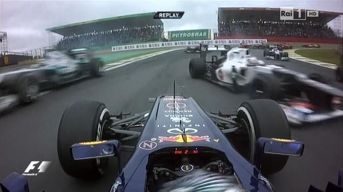 Gp del Brasile, l'ultimo della stagione di Formula 1: l'incidente al primo giro tra Bruno Senna e Sebastian Vettel che costringer� il pilota brasiliano al ritiro mentre il tedesco scivoler� momentaneamente all'ultimo posto (Ipp)