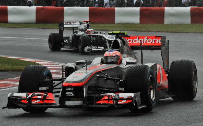 Jenson Button davanti a Ruben Barrichello (AFP)