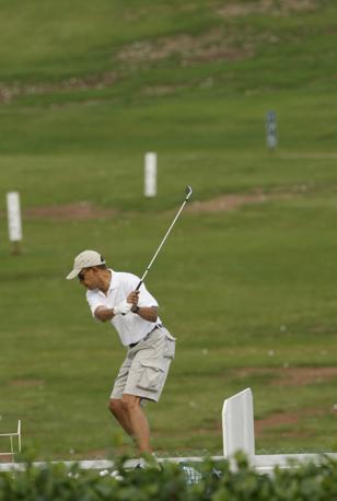 Foto 2: discesa verso la palla (metà del downswing). Braccia e bastone sono in posizione corretta e anche la parte inferiore del corpo recupera l'errore della salita (Reuters)