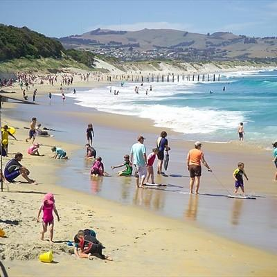 Le grandi spiagge di Dunedin affollate d&#39;estate dai bagnanti, d&#39;inverno da pinguini, foche e leoni marini