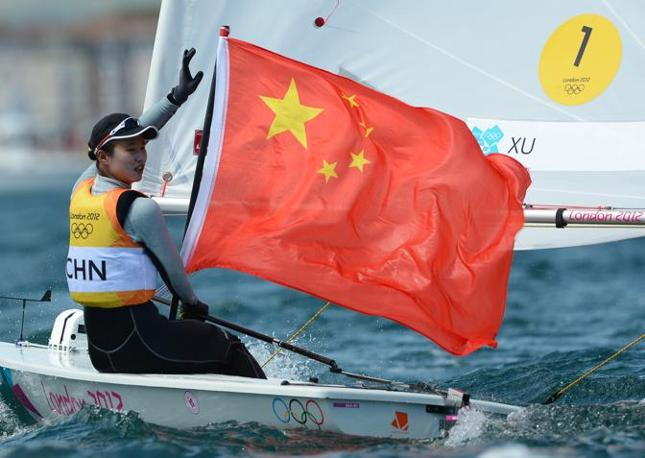 La cinese Xu Lijia festeggia la medaglia d&#39;oro per la categoria Laser (Afp/West)
