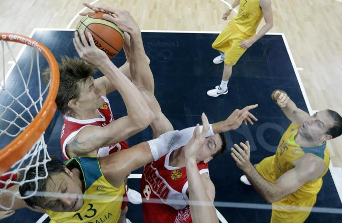 Un momento della partita di basket Australia-Russia  finita 82-80. La sconfitta non conta molto per la Russia, che conclude comunque il girone al primo posto