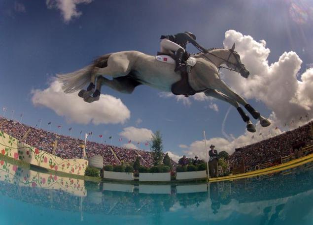 Uno spettacolare scatto delle gare di equitazione. Qui l'atleta francese Penelope Leprevost su Mylord Carthago (Epa/Hollander)