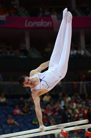 Una performance acrobatica del ginnasta francese Hamilton Sabot durante la finale delle parallele (Afp)