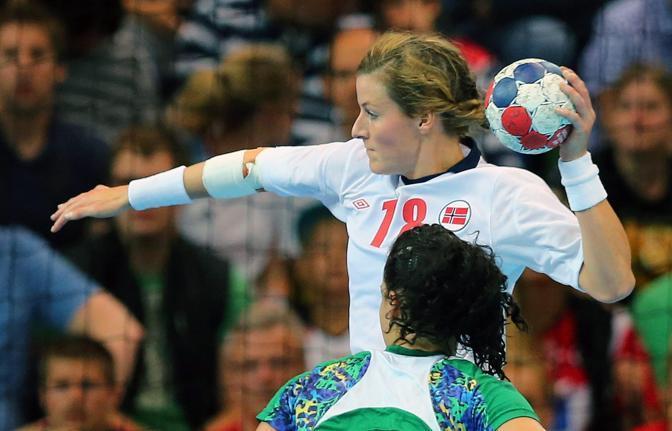 La pallamano è ai quarti di finale: la norvegese Linn-Kristin Koren si appresta a tirare nel match contro il Brasile (Epa)