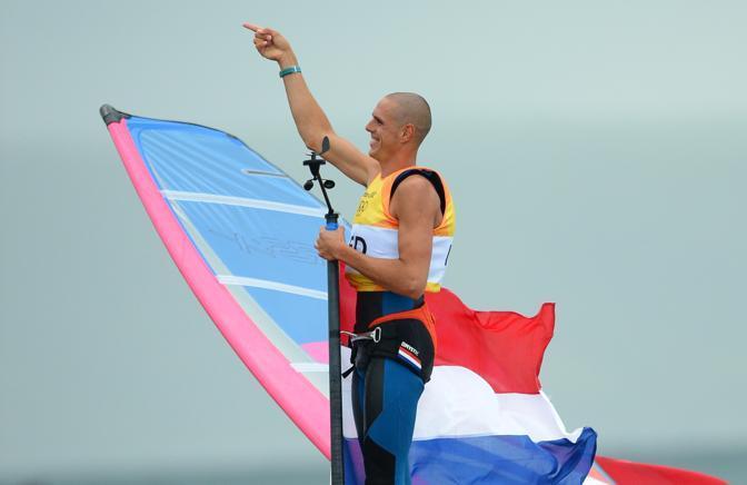 L'olanda Dorian van Rijsselberge festeggia la vittoria nella classe di vela RS-X (Afp)