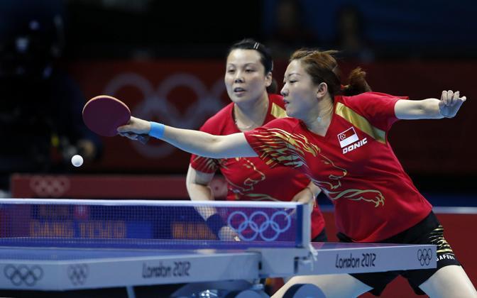 Li Jiawe di Singapore si appresta a rispondere nel doppio del tennistavolo. Con la connazionale Yuegu Wang vincerà il bronzo (Epa)