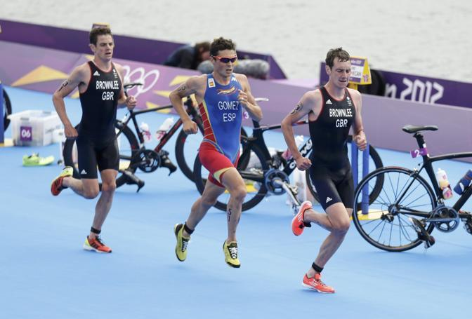Primo e terzo: i fratelli Alistair e Jonathan hanno sbancato il triathlon. In mezzo lo spagnolo Javier Gomez (Reuters)