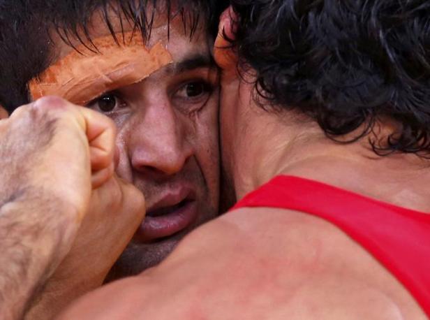 Lotta greco-romana, un curioso faccia a faccia tra l'iraniano  Saeid Morad Abdvali ( a sin.)  e il turc  Atakan Yuksel  nella categoria 66Kg Greco-Romana. In quella dei 96, è stato eliminato il nostro Doigoro Timoncini (Reuters)