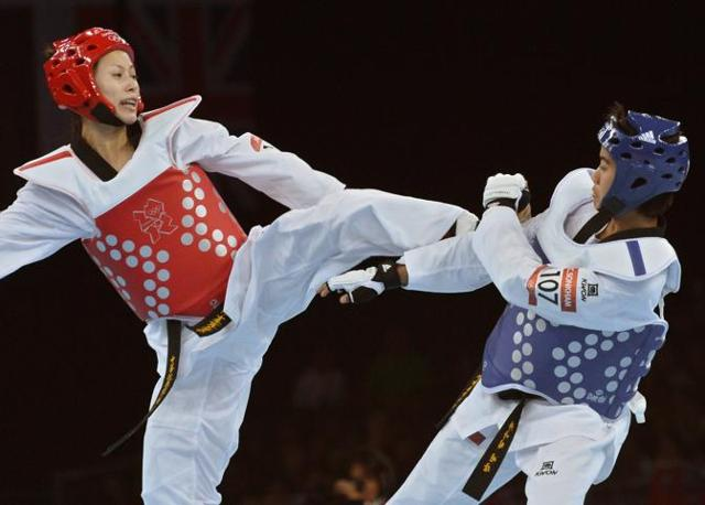 Taekwondo, la taiwanese  Yang Shu-Chun (in rosso) combatte contro la thailandese Chanatip Sonkham nei quarti della categoria sotto i 49 kg (Afp)