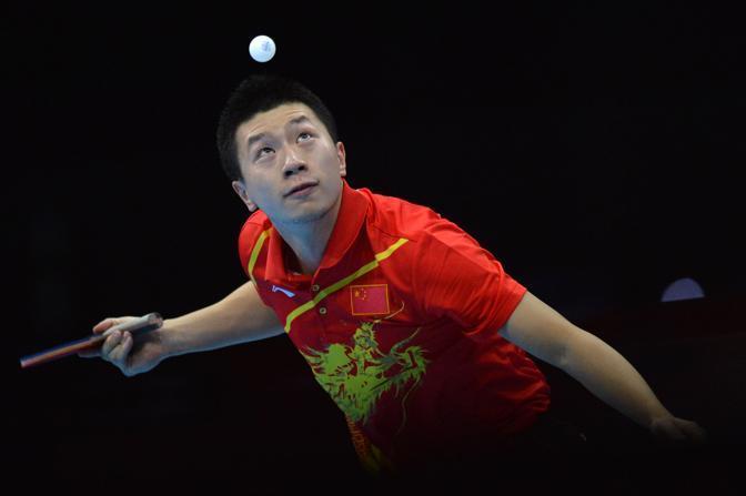 Tennistavolo, il cinese Ma LOng restituisce un colpo durante la finale nella quale conquista l'oro battendo il sudcoreano Joo Seahjuk  (Afp)
