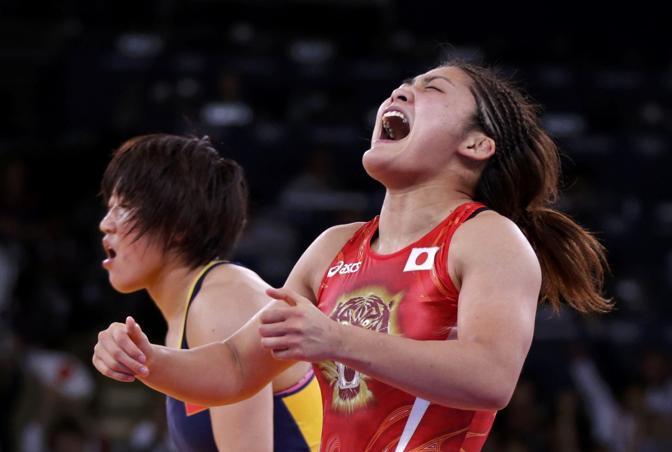 La giapponese Kaori Icho si impone per la terza volta consecutiva nella lotta libera con la cinese Ruixue Jing , categoria 63 kg e entra nella storia della disciplina (Reuters)