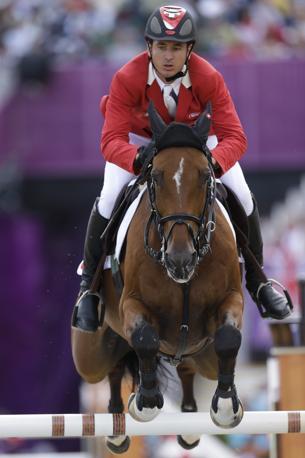 Lo svizzero Steve Guerdat salta un ostacolo col suo cavallo Nino: è oro nel salto individuale (Ap)
