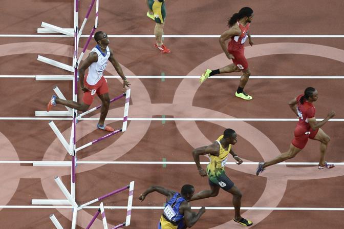 L'americano Aries Merritt è destra della foto:sarà  medaglia oro sui 110 ostacoli. Mentre il campione uscente Dayron Robles, a sinistra, si ferma subito (Afp)