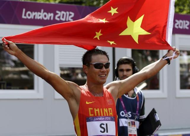 La medaglia di bronzo nela 50km di marcia, il cinese Tinafeng Si (Ap)