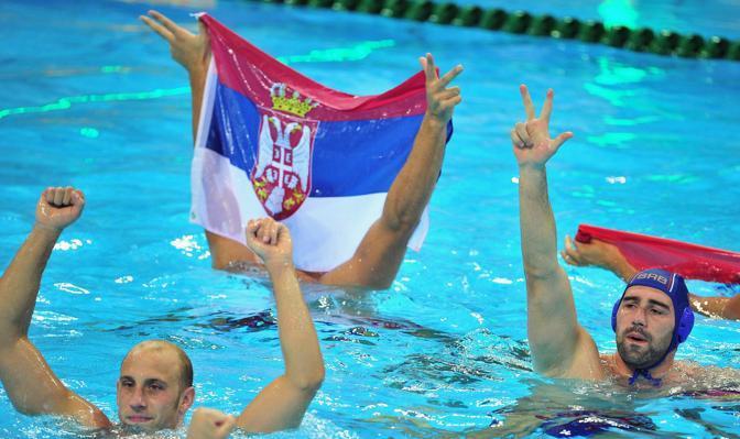 La squadra della pallanuoto croata festeggia la vittoria della medaglia d'oro contro l'Italia (Epa)