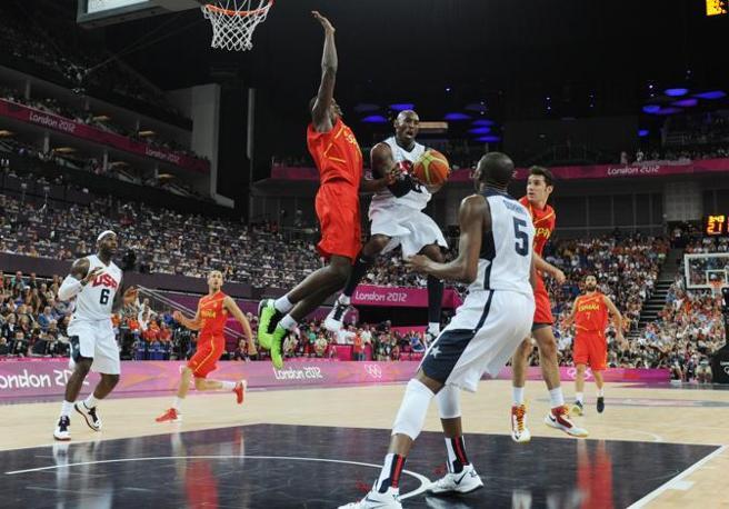 Kobe Bryant  protagonista di una delle spettacolari azioni della finale di basket tra Usa e Spagna (Afp)
