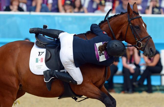 Tamara Vega, atleta messicana impegnata nella gara di Pentathalon, cade da cavallo davanti all'ultimo ostacolo della prova di equitazione (Epa)