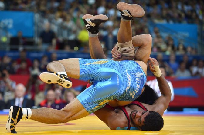 Un momento del match di wrestling tra l'indiano Kumar e il giapponese Yonemitsu (Afp)