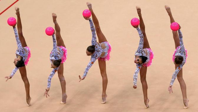 L'esibizione della squadra russa nella finale di ginnastica ritmica all around (Epa)