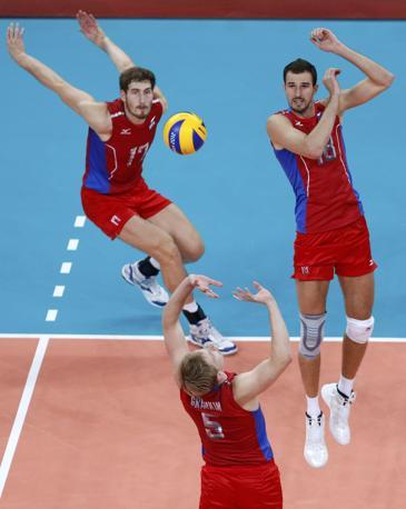 L'attacco russo nella finale di volley maschile contro il Brasile (Reuters)