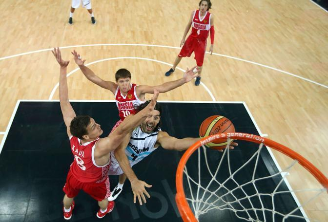 Un momento di gioco di Argentina-Russia, valevole per il terzo e quarto posto del basket maschile (Afp)