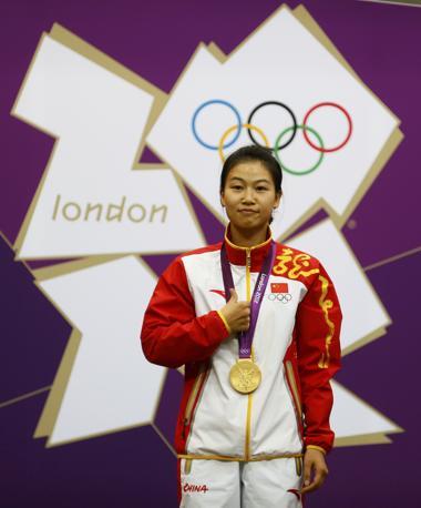 E' cinese il primo oro della XXX Olimpiade: lo vince Yi Siling nel tiro a segno, specialità carabina ad aria compressa 10 metri (Reuters)