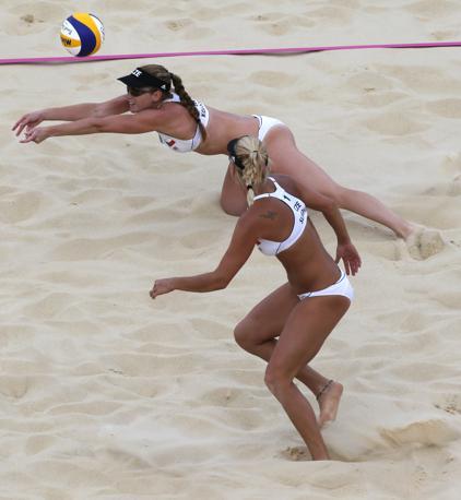Scatta il troneo di beach volley femminile: qui in azione  Marketa Slukova e Kristyna Kolocova, Repubblica Ceca (Ap)