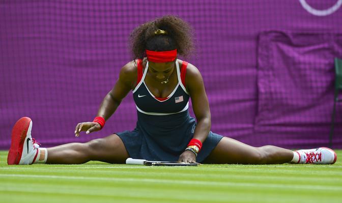 Una sppaccata» di Serena Williams in un momento del primo match nel torneo olimpico contro  la serba Jelena Jankovic (Afp)