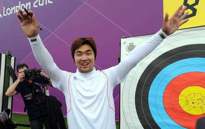 Ha forti problemi di vista, tanto da essere considerato quasi cieco. Ma la sua mira è incredibilmente precisa: l'arciere sudcoreano Im Dong-Hyun nella prima giornata di gara a squadre batte il record del mondo con uno score di 699 (Afp)