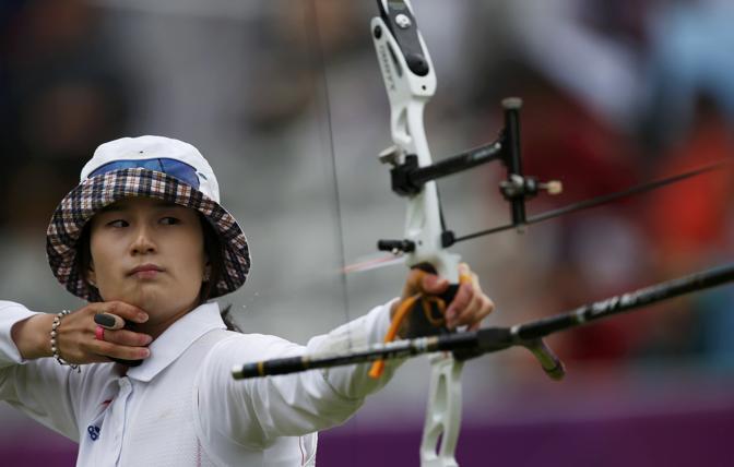 La sudcoreana Ki-bo Bae, quarti di finale di tiro con l'arco donne a squadre (Reuters)