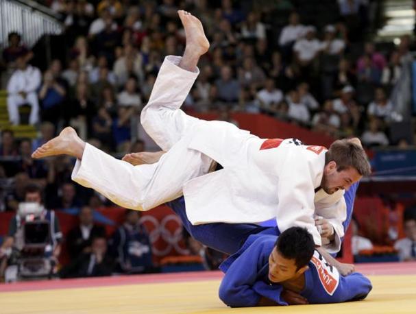 Judo maschile, categoria 66 kg, l'inglese Colin Oates contro il sudcoreano Cho Jun Ho (Reuters)