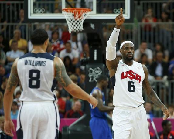 James Lebron e Deron Williams nell'esordio dei Dream Team di basket Usa contro Francia ai giochi di Londra 2012 (Reuters)