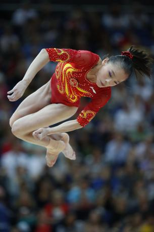 La ginnasta cinese Yao Jinnan in volo (Afp)