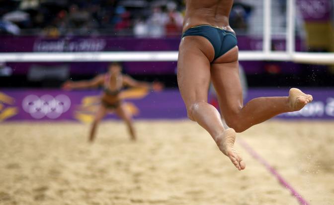 Beach volley, la battuta (vista dal basso) di Louise Bawden nel match contro la Germania (Reuters)