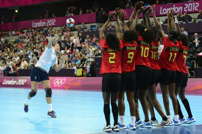Punizione e barriera... un momento del match di pallamano femminile Gran Bretagna-Angola (Afp)