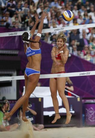 La tedesca Laura Ludwig e la compatriota Ilka Semmler nel beach volley (Reuters)